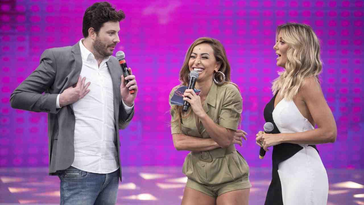 Danilo Gentili, Sabrina Sato e Ticiane Pinheiro se divertem no  palco do programa (Foto:   Edu Moraes/Record TV )
