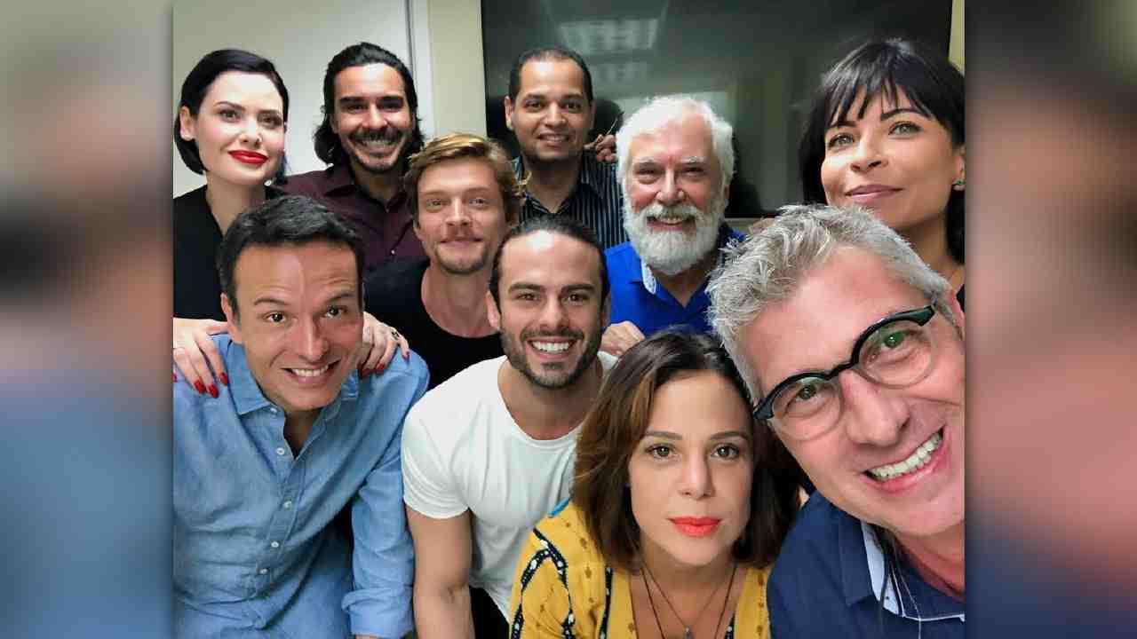 """Parte do elenco e direção da novela """"Jesus"""" na Record TV Rio (Foto: Reprodução)"""