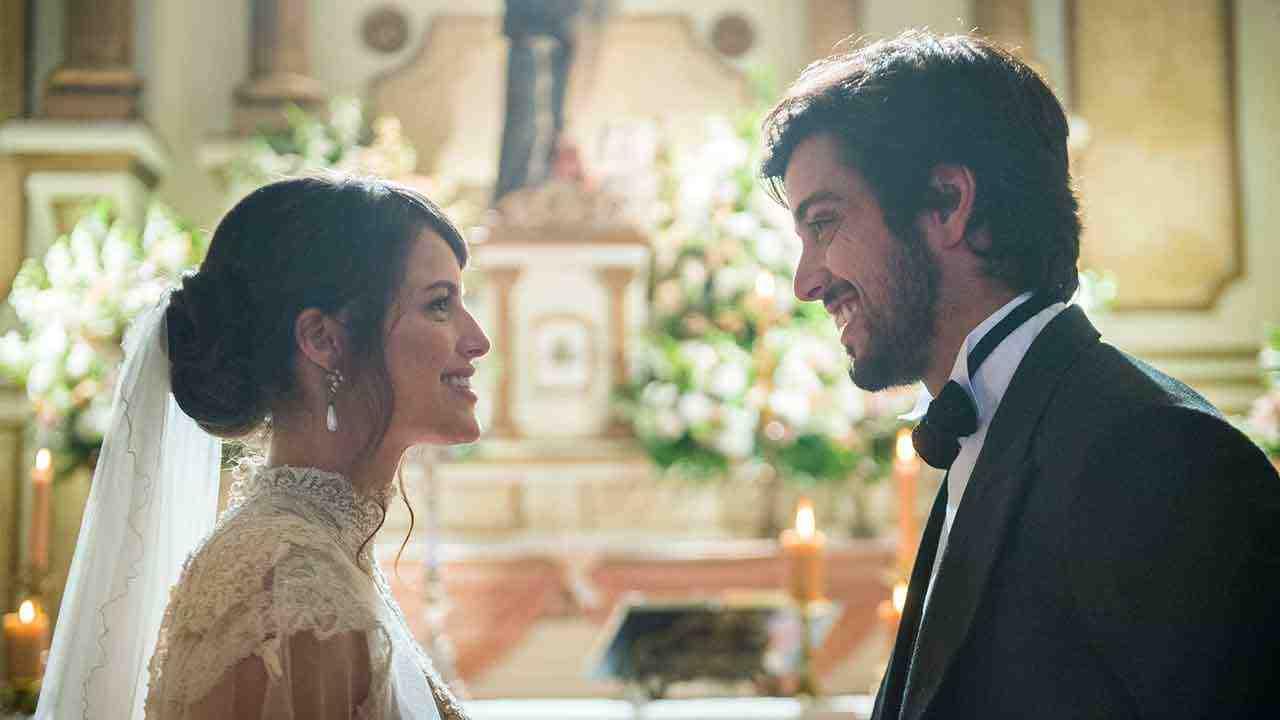 Ernesto (Rodrigo Simas) e Ema (Agatha Moreira) no altar (Foto:Globo/Raquel Cunha)