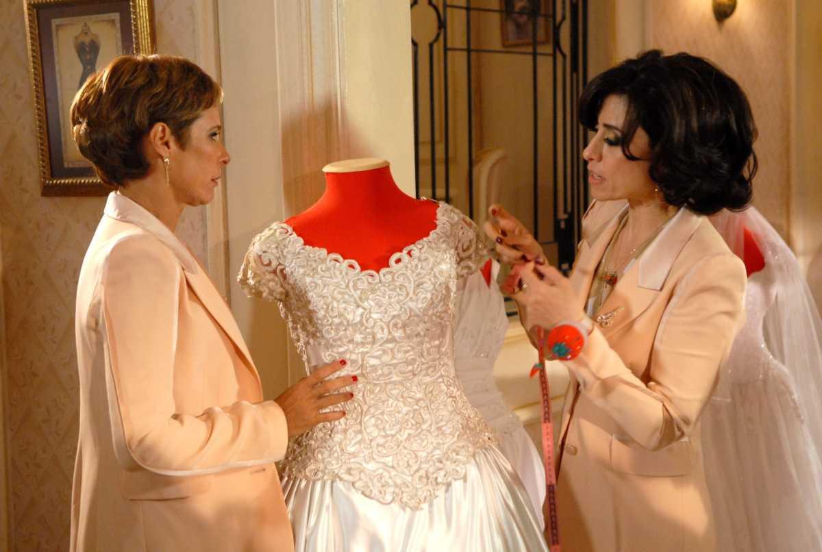 Andréa Beltrão e Fernanda Torres em cena de Tapas & Beijos