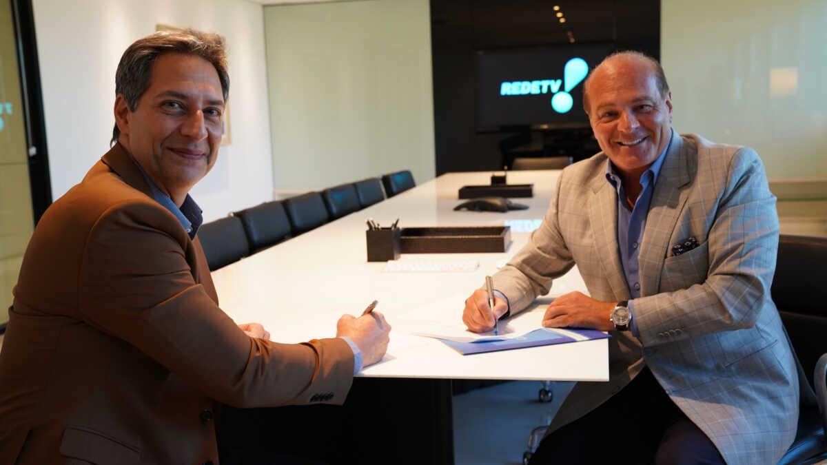 Luiz Ernesto Lacombe e Marcelo de Carvalho no momento da assinatura de contrato com a RedeTV!