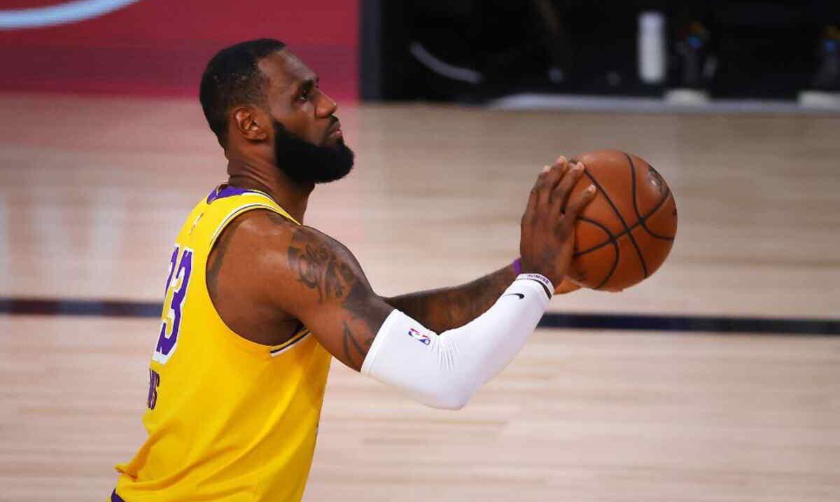Jogador do Los Angeles Lakers fazendo um arremesso durante uma partida da NBA