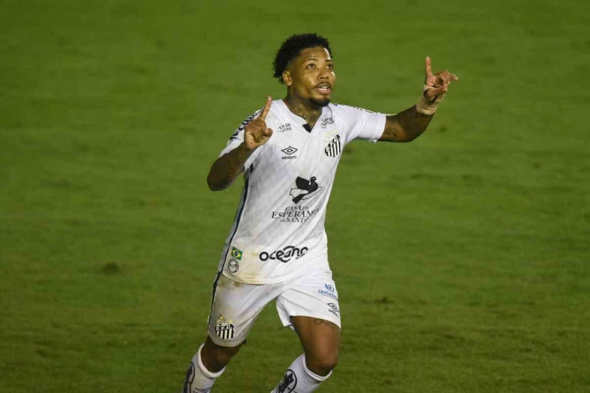 Jogador Marinho comemorado gol com a camisa do Santos