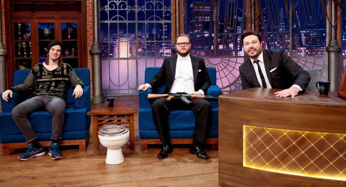 Humoristas Lord Vinheteiro e Zé Graça, ao lado de Danilo Gentili no estúdio do The Noite