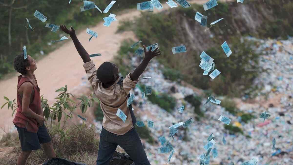Cena do filme brasileiro Trash - A Esperança Vem Do Lixo, exibido pela Globo no Supercine
