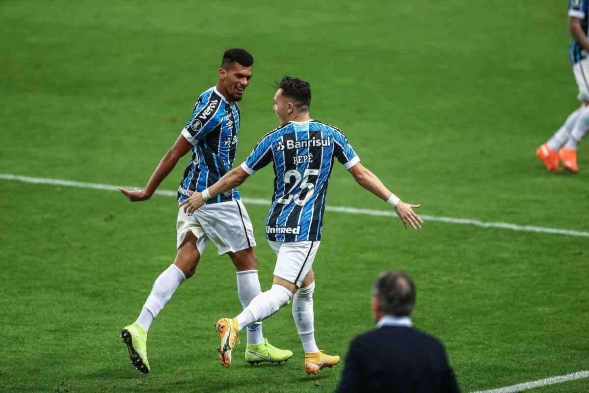 Jogadores do Grêmio comemorando gol contra a Universidad Católica pela Libertadores 2020