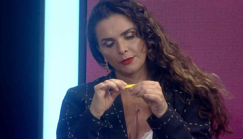 Luiza Ambiel lixa as unhas durante votação da sexta roça de A Fazenda 12
