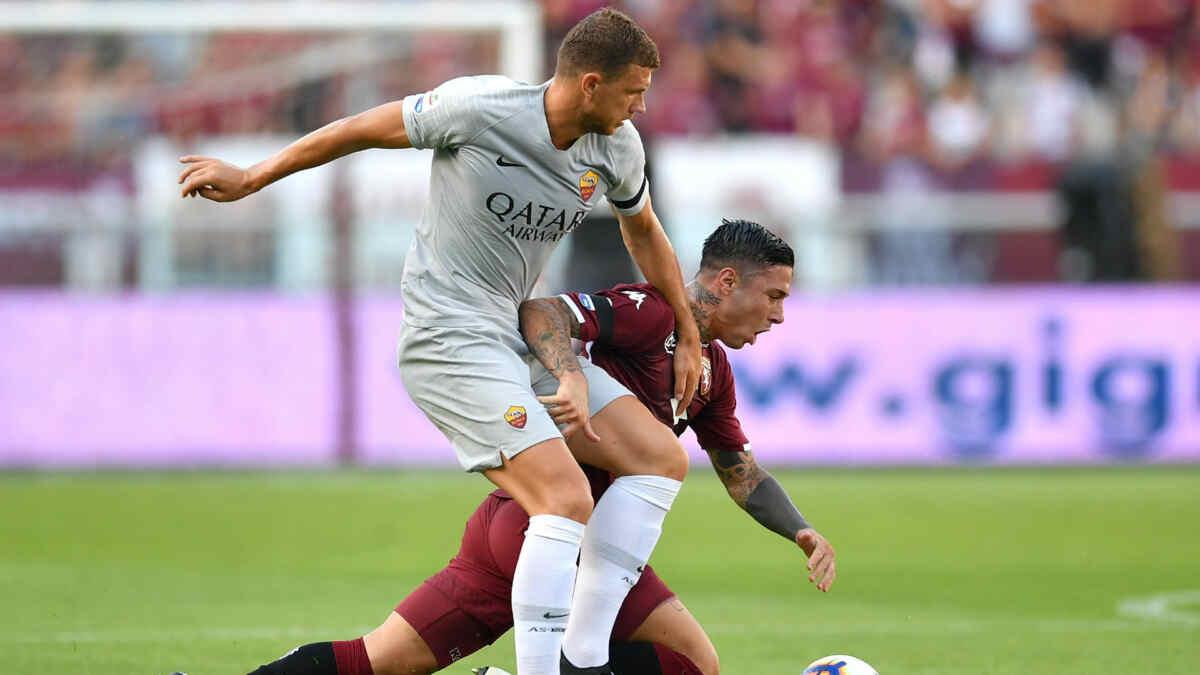 Jogador Edin Dzeko durante uma partida da Roma. Ele será um dos jogadores em campo no duelo contra o Milan