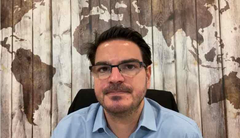 Rodrigo Constantino em cenário onde costuma gravar vídeos para seu canal no Youtube