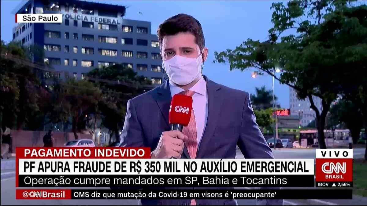 Repórter Tiago América durante sua estreia em uma entrada ao vivo pela CNN Brasil