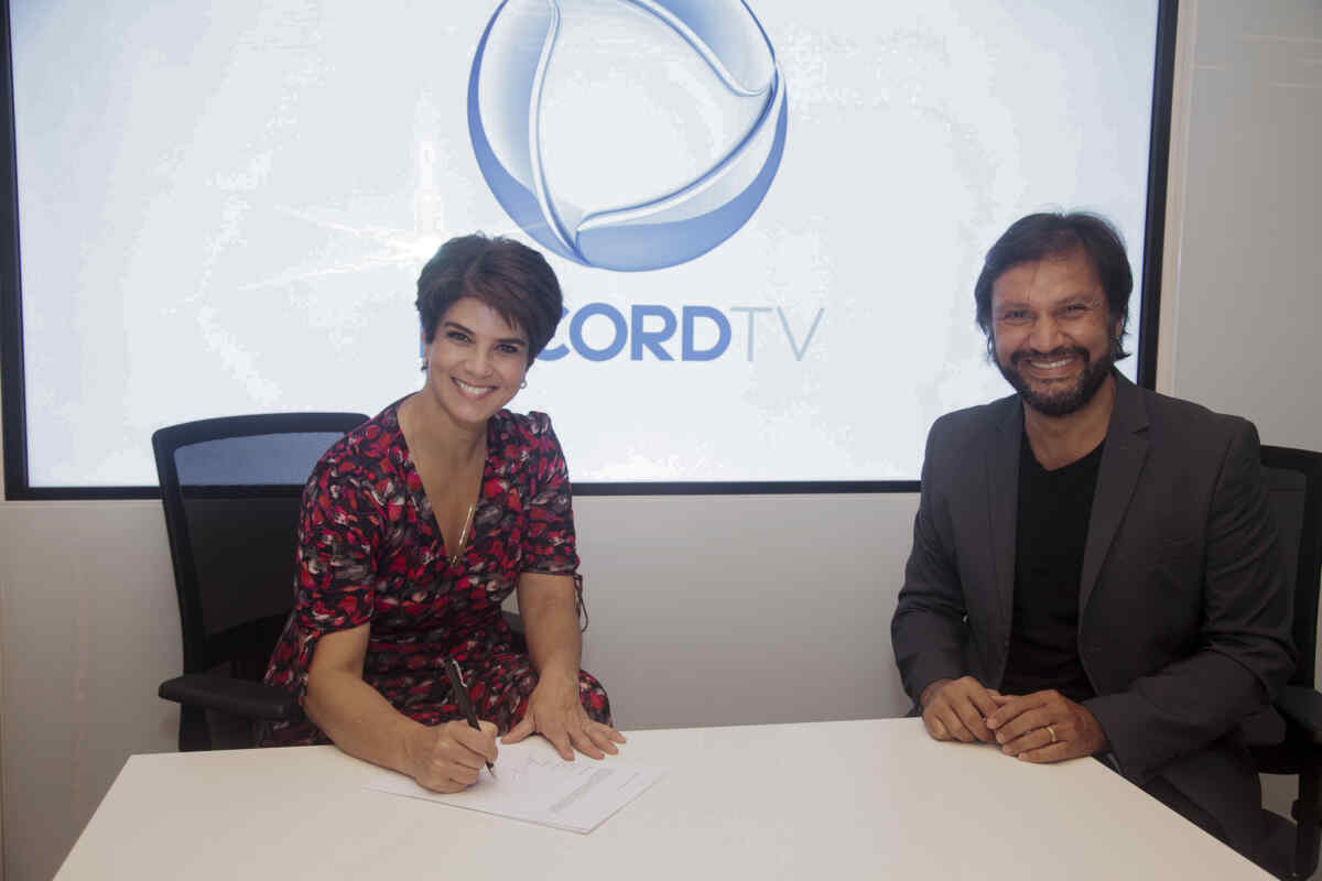 Mariana Godoy assina contrato com a Record TV ao lado de Antonio Guerreiro, o vice-presidente de jornalismo da emissora