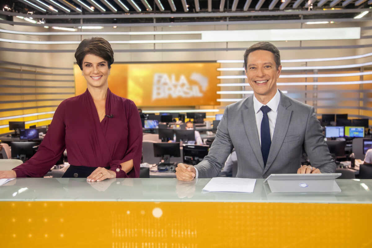 Mariana Godoy e Sergio Aguiar na bancada do novo Fala Brasil